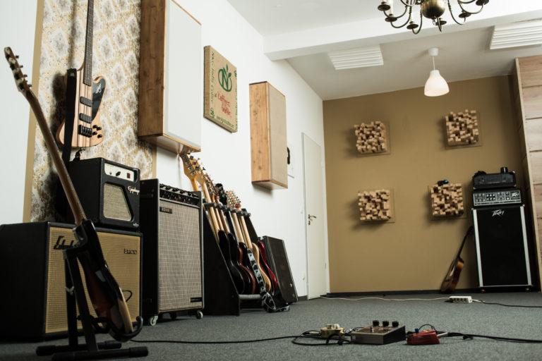 Aufnahmeraum mit verschiedenen Akustikelementen