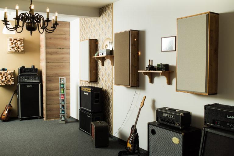 Aufnahmeraum mit selbstgebauten Absorbern, Bassfallen und Diffusoren