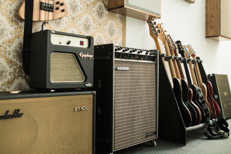 Ein teil der Studio Gitarren mit Amps